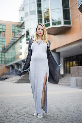 Как и с чем носить: темно-серый открытый кардиган, серое платье-макси с разрезом, белые высокие кеды, серебряное колье с украшением