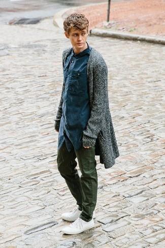 Как и с чем носить: темно-серый открытый кардиган, темно-синяя рубашка с длинным рукавом, оливковые брюки чинос, белые низкие кеды из плотной ткани