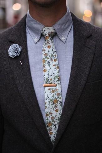Серая классическая рубашка из шамбре: с чем носить и как сочетать мужчине: Несмотря на то, что этот образ достаточно классический, тандем серой классической рубашки из шамбре и темно-серого шерстяного пиджака всегда будет нравиться стильным мужчинам, покоряя при этом сердца представительниц прекрасного пола.