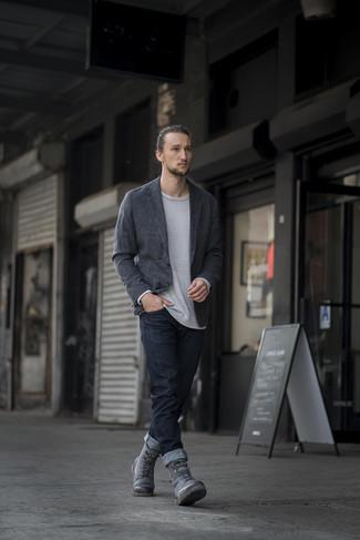 Как и с чем носить: темно-серый вязаный пиджак, серый свитер с круглым вырезом, черные джинсы, серые кожаные повседневные ботинки