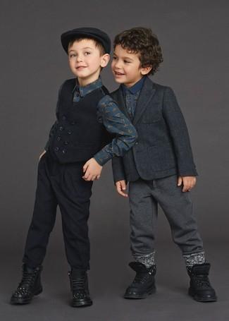Как и с чем носить: темно-серый пиджак, темно-синяя футболка-поло с принтом, темно-серые спортивные штаны, черные ботинки