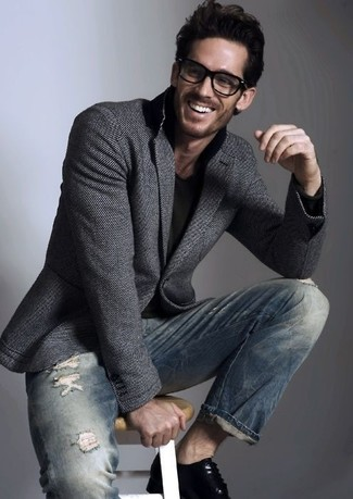 Модный лук: темно-серый шерстяной пиджак, черная футболка с v-образным вырезом, темно-синие рваные зауженные джинсы, черные кожаные туфли дерби