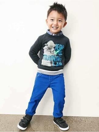 Как и с чем носить: темно-серый свитер с принтом, голубая рубашка с длинным рукавом, синие джинсы, черные кеды