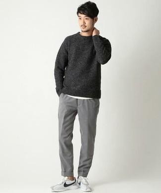 Модные мужские луки 2020 фото: Окружающие несомненно оценят твой стиль, если увидят тебя в темно-сером свитере с круглым вырезом и серых брюках чинос. Поклонники рискованных сочетаний могут завершить образ бело-черными кроссовками.