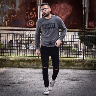 Как и с чем носить: темно-серый свитер с круглым вырезом с принтом, черные рваные зауженные джинсы, бело-черные низкие кеды, серые солнцезащитные очки