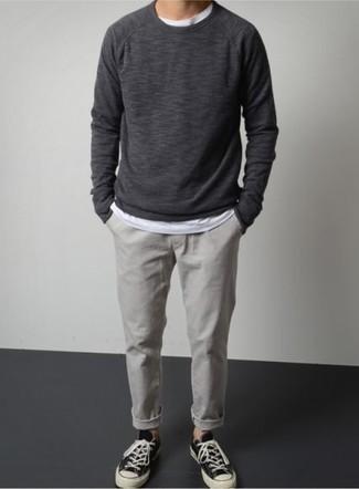 Темно-серый свитшот: с чем носить и как сочетать мужчине: Сочетание темно-серого свитшота и серых брюк чинос поможет реализовать в твоем луке городской стиль современного молодого человека. Пара черно-белых низких кед из плотной ткани очень просто вписывается в этот ансамбль.