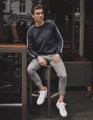 Темно-серый свитшот: с чем носить и как сочетать мужчине: Сочетание темно-серого свитшота и серых брюк чинос в клетку продолжает импонировать молодым людям, которые любят одеваться с иголочки. Что же до обуви, можно завершить лук белыми низкими кедами.