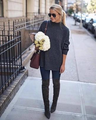 Как и с чем носить: темно-серый вязаный свободный свитер, темно-синие джинсы скинни, темно-серые замшевые ботфорты, темно-красная кожаная сумка через плечо