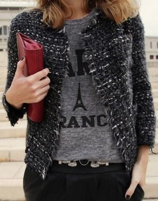 Как и с чем носить: темно-серый твидовый жакет, серая футболка с круглым вырезом с принтом, черные брюки-галифе, красный кожаный клатч
