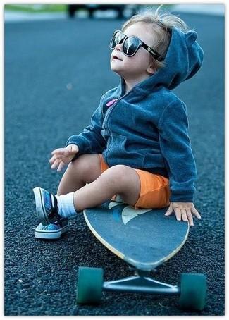 Как и с чем носить: темно-серый худи, оранжевые шорты, синие кеды, белые носки