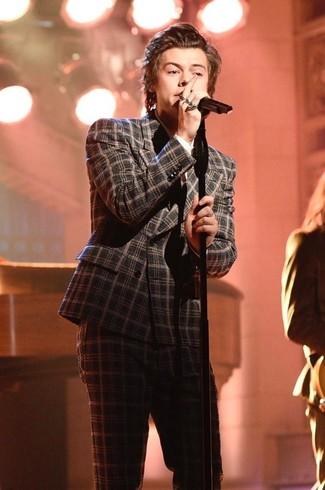Как Harry Styles носит Темно-серый шерстяной костюм в шотландскую клетку, Белая классическая рубашка