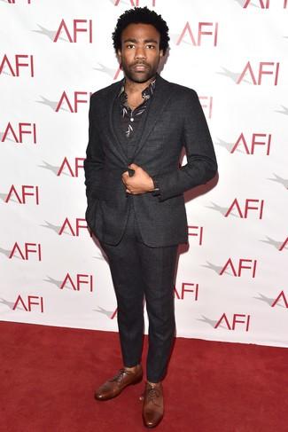 Как и с чем носить: темно-серый шерстяной костюм-тройка, черная классическая рубашка с принтом, коричневые кожаные туфли дерби