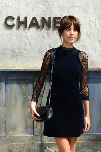 темно синее бархатное коктейльное платье черная кожаная стеганая сумка через плечо large 2539