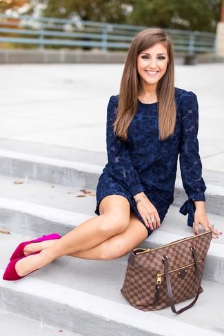 Как и с чем носить: темно-синее бархатное платье-футляр с цветочным принтом, ярко-розовые бархатные туфли, темно-коричневая кожаная большая сумка в клетку