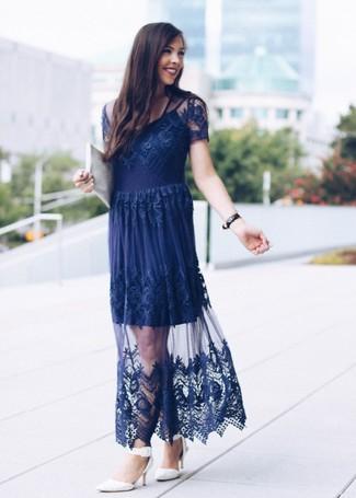 Как и с чем носить: темно-синее кружевное вечернее платье, белые кожаные туфли, белый кожаный клатч, черные кожаные часы