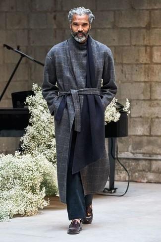Как и с чем носить: темно-синее длинное пальто в шотландскую клетку, черные брюки чинос, темно-коричневые кожаные лоферы