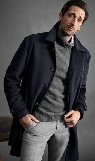 Как и с чем носить: темно-синее длинное пальто, серая водолазка, белая рубашка с длинным рукавом, серые шерстяные классические брюки