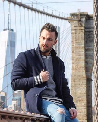 Как и с чем носить: темно-синее длинное пальто, темно-сине-белый свитер с круглым вырезом в горизонтальную полоску, голубые рваные зауженные джинсы