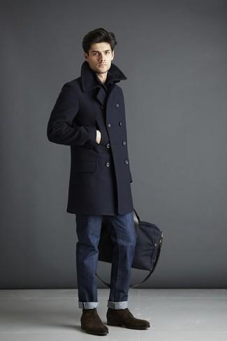 Темно-синее длинное пальто: с чем носить и как сочетать: Лук из темно-синего длинного пальто и темно-синих джинсов поможет создать элегантный и современный мужской ансамбль. Любишь незаурядные решения? Тогда закончи свой лук темно-коричневыми замшевыми ботинками дезертами.