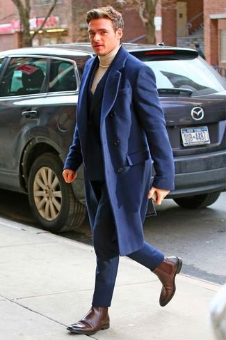 Как и с чем носить: темно-синее длинное пальто, темно-синий костюм, светло-коричневая водолазка, темно-коричневые кожаные ботинки челси