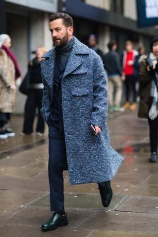 Как и с чем носить: темно-синее длинное пальто, темно-синий костюм, темно-серая водолазка, темно-зеленые кожаные туфли дерби