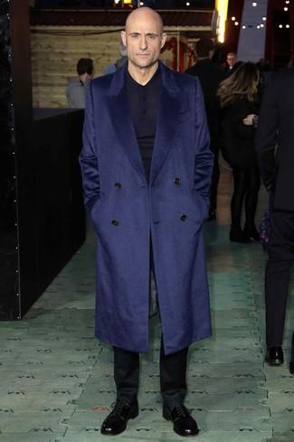 Как и с чем носить: темно-синее длинное пальто, темно-синий свитер с воротником поло, черные классические брюки, черные кожаные туфли дерби