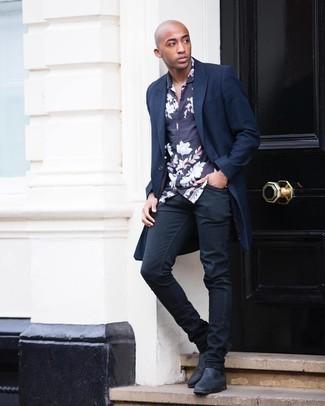 Мужские луки: Удобное сочетание темно-синего длинного пальто и черных зауженных джинсов без сомнений будет привлекать женские взоры. Хотел бы добавить сюда толику строгости? Тогда в качестве обуви к этому образу, обрати внимание на черные кожаные ботинки челси.