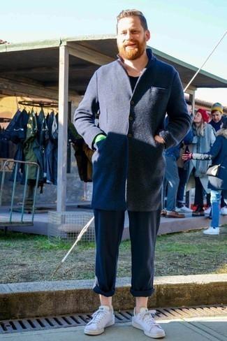 Темно-синее длинное пальто: с чем носить и как сочетать: Комбо из темно-синего длинного пальто и темно-синих брюк чинос — олицетворение вольного офисного стиля для молодых людей. Если подобный лук кажется слишком дерзким, сбалансируй его белыми кожаными низкими кедами.