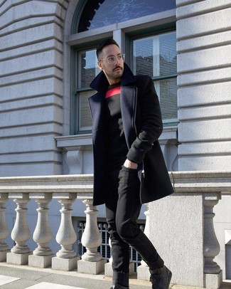 Как и с чем носить: темно-синее длинное пальто, черный свитер с круглым вырезом с принтом, черные джинсы, черные кожаные высокие кеды