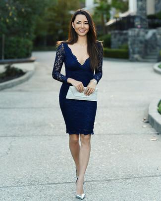 Как и с чем носить: темно-синее кружевное облегающее платье, серебряные кожаные туфли, белый кожаный клатч, серебряный браслет