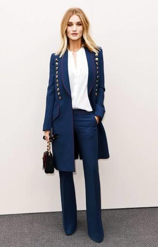 Как и с чем носить: темно-синее пальто, белая блуза на пуговицах, темно-синие брюки-клеш, черная кожаная сумка через плечо