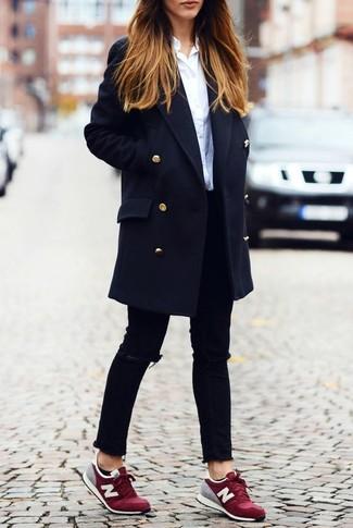 Темно-синее пальто и черные рваные джинсы скинни — выгодные инвестиции в твой гардероб. Что касается обуви, можно отдать предпочтение комфорту и выбрать темно-красные низкие кеды.