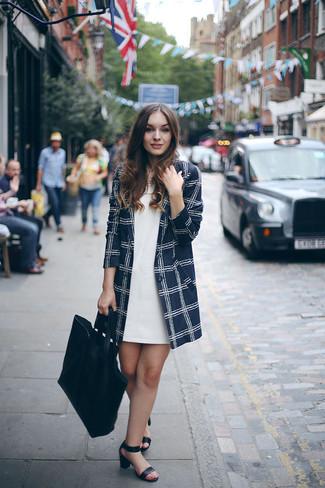 Как и с чем носить: темно-синее пальто в клетку, белое платье прямого кроя, черные кожаные босоножки на каблуке, черная кожаная большая сумка