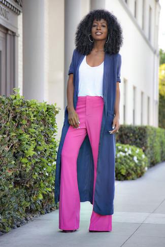 Как и с чем носить: темно-синее пальто дастер, белая футболка с круглым вырезом, ярко-розовые брюки-клеш