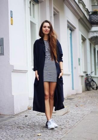 Как и с чем носить: темно-синее пальто дастер, бело-темно-синее повседневное платье в горизонтальную полоску, белые кроссовки