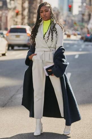 Как и с чем носить: темно-синее пушистое пальто, желтая водолазка, серый комбинезон, белые кожаные ботильоны