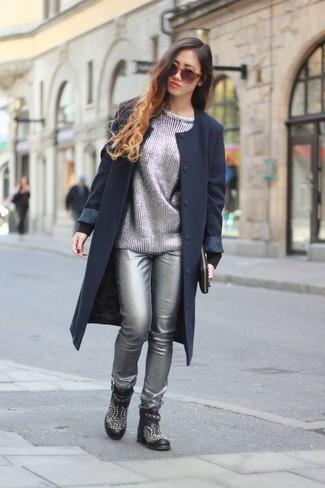 Как и с чем носить: темно-синее пальто, серебряный свитер с круглым вырезом, серебряные кожаные узкие брюки, черные кожаные ботильоны с шипами