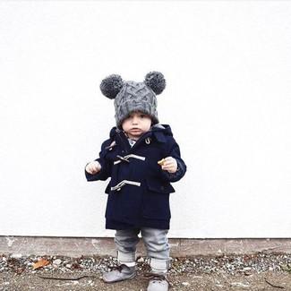 Модный лук: Темно-синее пальто, Серые джинсы, Серые дезерты, Серая шапка