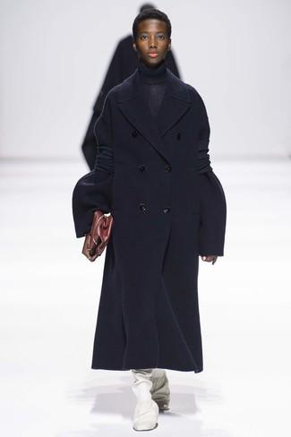 Как и с чем носить: темно-синее пальто, темно-синяя вязаная водолазка, белые кожаные сапоги, темно-красный кожаный клатч