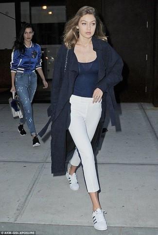 Как и с чем носить: темно-синее пальто, темно-синяя майка, белые капри, белые кожаные низкие кеды