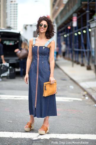 Как и с чем носить: темно-синее джинсовое платье-миди, светло-коричневые кожаные сабо, светло-коричневый замшевый клатч, темно-зеленые солнцезащитные очки