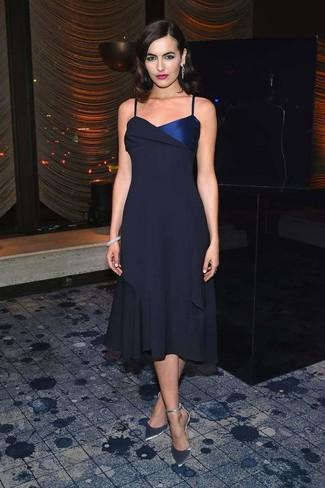Как и с чем носить: темно-синее шифоновое платье-миди, серебряные кожаные туфли, серый браслет, серебряные серьги