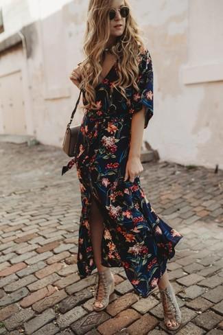 Как и с чем носить: темно-синее платье-рубашка с цветочным принтом, бежевые замшевые босоножки на танкетке, коричневая кожаная сумка через плечо, черные солнцезащитные очки