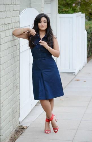 Как и с чем носить: темно-синее платье-рубашка, красные кожаные босоножки на каблуке