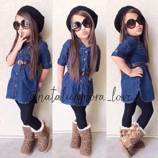Как и с чем носить: темно-синее джинсовое платье, светло-коричневые угги, черная шапка, черные колготки