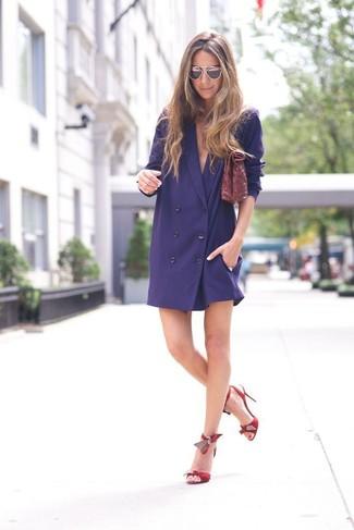 Красные кожаные босоножки на каблуке: с чем носить и как сочетать: Темно-синее платье-смокинг — лук, который будет непременно притягивать взгляды. Красные кожаные босоножки на каблуке — прекрасный вариант, чтобы закончить лук.