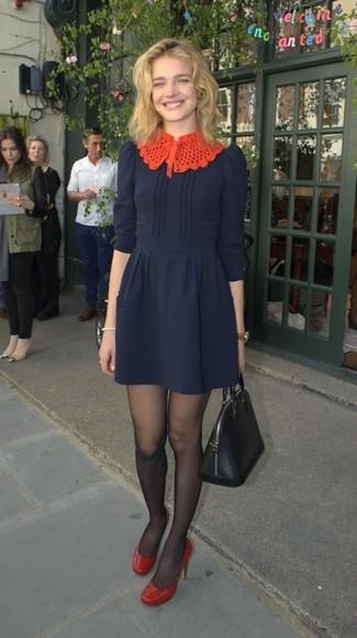 Как и с чем носить: темно-синее платье с пышной юбкой, красные кожаные туфли, черная кожаная большая сумка, черные колготки