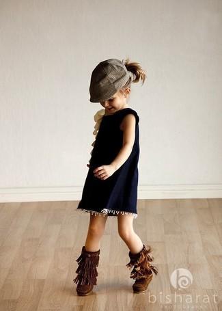 Как и с чем носить: темно-синее платье, темно-коричневые угги