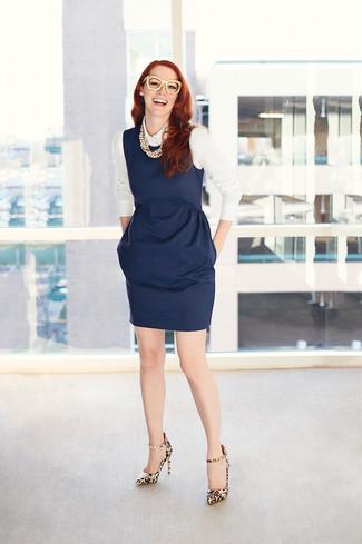 Модный лук: Темно-синее платье-футляр, Белая классическая рубашка, Светло-коричневые кожаные туфли с леопардовым принтом, Бежевое жемчужное ожерелье