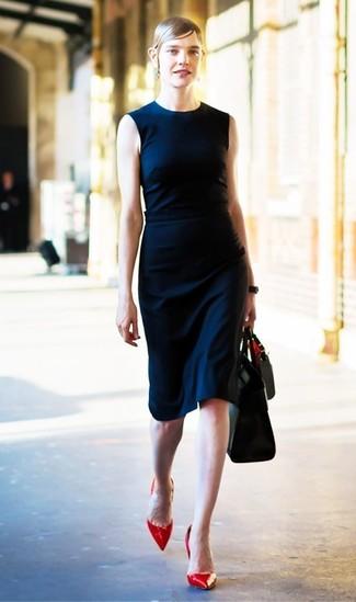 Как и с чем носить: темно-синее платье-футляр, красные кожаные туфли, черная кожаная большая сумка